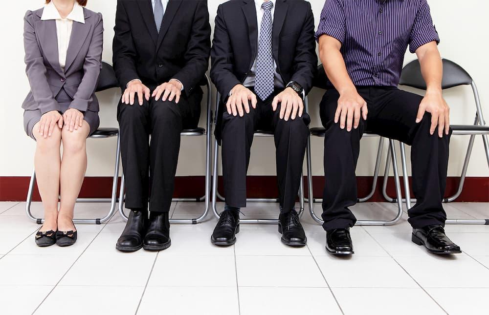就職の面接を待っている人々