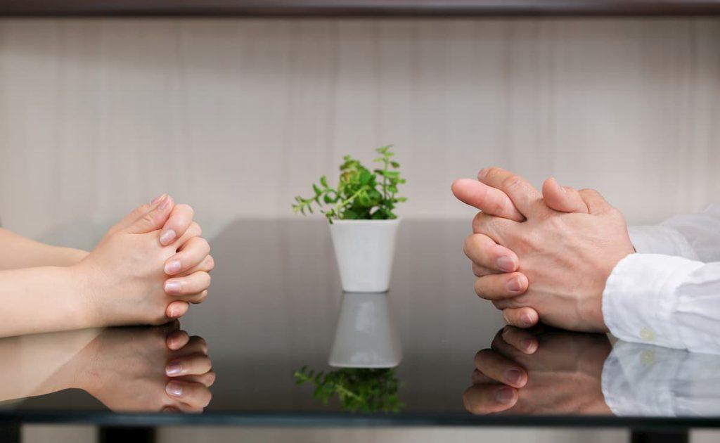 話し合う男女の手