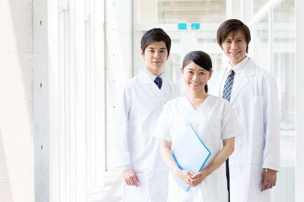 笑顔の医者3人